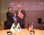 (주)현대미포조선 배영학 상무가 중형 컨테이너선 20척에 대한 계약서에 서명한 뒤 오펜사의 클라우스 피터 오펜(Mr. CLAUS-PETER OFFEN)회장(오른쪽)과 악수하고 있다
