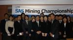 SAS코리아는 오늘 '제2회 2004 SAS 마이닝 챔피언십' 공모전 시상식을 가졌다. 이날 시상식에는 금상을 차지한 포항공대 외 5개팀에게 총 400만원을 지급했다. 사진에서 맨