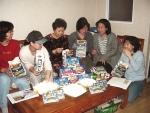지난 26일 서울시 서초구 잠원동 한신아파트 주민들이 증정된 팝콘을 즐기며 반상회를 하고 있다.
