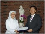 푸르덴셜 진원섭LP(오른쪽)가 6월 9일 무의탁 노인양로시설인 (재)천주교 가난한 이들의 작은 자매회에 시상금 1만불을 전달했다.