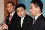 기자회견 중인 노웅래 의원(가운데)