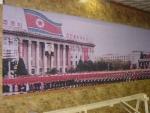 대전 유성여자고등학교 교사 신용한씨가 대전시내 평송수련원 앞길 지하도 벽면에 평양 시내의 모습을 담은 대형사진이 여러 장 설치되어 있어 뉴스와이어에 알려왔다.