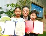 SK주식회사 황규호 전무(가운데)와 수상 어린이들