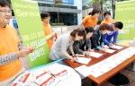 15일 모토로라 코리아 대치동 서비스 센터에서 진행된 에너지 절약 시민서약 캠페인에서 시민들이 생활속 에너지 절약을 위한 서약을 하고 있다. 이날 에너지 절약 시민서약 캠페인을 비