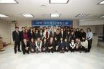 한국생산성본부 회장 최동규와 KPC 대학생 마케팅 스쿨 (2기) 참가자 전원이 수료식 후 기념촬영을 하고있다.
