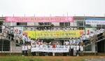 서울과학종합대학원 aSSIST CEO FORUM 회원 80여명이 해비타트 사랑의 집짓기 행사에 참가해 기념촬영을 하고 있다.