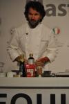 이탈리아의 칼로 크라코 셰프가 본격적인 요리에 앞서 재료들을 설명하고 있다.