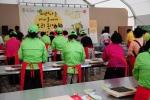 울산세계옹기문화엑스포에서 관람객들이 된장을 이용한 된장쿠키와 된장롤을 만들어 보고 있다.