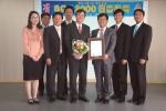 샘표는 5일 한국 SGS 인증원에서 SQF 2000 인증서를 수여받았다. 오른쪽에서 세번째가 샘표 영동공장 이생재 이사