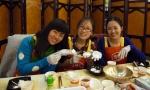 한국요리교실에 참가해 송편을 만들고 있는 베이징대 학생들