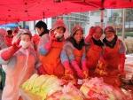 도봉노인종합복지관 자원봉사자들이 소외노인을 위한 김장김치를 담고 있다.