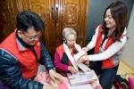 STX그룹 임직원들이 11월29일 마포구 지역 독거 노인 가정을 방문해 어르신들에게 겨울 용품을 전달하고 있다.