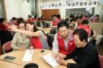 STX팬오션 임직원 20여명은 1월 12일 중구 신당동에 위치한 약수노인복지관에서 '어르신 휴대전화 활용교육' 봉사활동을 실시했다. 이 날 봉사활동에서 STX팬오션 임직원들은 휴대