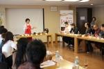 장 클래스에 참가한 쉐프들이 샘표 지미원 이홍란 원장으로부터 장 만드는 방법에 대해 배우고 있다