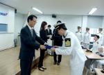 이석희 현대상선 사장이 최근 부산 Training Center 대강당에서 개최된 '2012년 산학장학생 장학증서 수여식'에서 장학증서를 전달하고 있다.