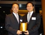 황보상윤 현대상선 일본 법인장(사진 우측)이 22일 요시토 에주레(Yoshito Ezure) 일본 소니사 물류부문장으로부터 '최우수 선사'상을 수상했다.