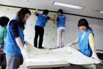 STX건설 사회봉사단은 지난 29일 진해구 해담공부방에서 공부방 환경개선의 일환으로 '사랑의 공부방 만들기' 도배활동을 실시했다.