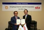 STX가 지난 31일 美 오레곤州에서 ㈜농협사료와 수입곡물의 안정적인 공급을 위한 전략적 파트너십 계약을 체결했다. 사진은 김대유 ㈜STX 대표이사(오른쪽), 오세관 ㈜농협사료 대