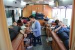 신안산대학교 학생들이 헌혈차에서 헌혈을 하고있는 모습