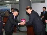 김인용 현대부산신항만(주) 대표가 임기택 부산항만공사(BPA) 사장으로부터 상패를 수령하고 있다.