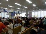 외국인들이 수원출입국 민원실에서 대기하고 있다.