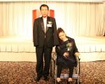 17열 열린 2013 전국중증장애인배우자초청대회에서 장한배우자상을  수상한 채찬병  씨와 그의 아내 전순복 씨.