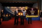 23일 그랜드힐튼호텔 컨벤션센터에서 오티스 엘리베이터 환경안전담당 오창석 상무가 한국능률협회 이봉서 회장으로부터 상을 수상한 뒤 기념촬영을 하고 있다.