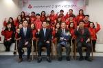 김종기 (주)산청회장(앞줄 오른쪽 두번째)과 김주현 공동모금회 사무총장(앞줄 왼쪽 두번째)이 성금전달식 후 공동모금회 임직원들과 기념촬영을 하고 있다.