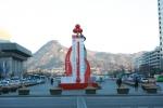 서울 광화문광장에 설치된 사랑의온도탑이 13일 101.7도를 가리키고 있다.