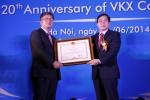 이건 에릭슨엘지 COO가 응위옌 박 선 베트남 정보통신부 장관으로부터 수상 명의의 공로패를 수여받는 모습