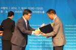 KMI 이규장 이사장(오른쪽)이 김춘진 국회보건복지위원장으로부터 상장과 수상패를 전달받고 있다.