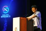 옥스퍼드 대학교 김민형 교수가 브리지스 서울 2014에서 기조강연을 펼치고 있다.