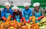 2014년 사랑의 김장 담그기 행사에 참여한 한국농수산대학 학생들이 궂은 날씨 속에서도 김장을 담그고 있다.