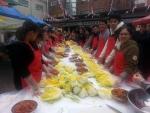 한국이주노동재단과 한국산업인력공단 성남지사는 30일 외국인근로자와 지역주민이 함께하는 사랑의 김장나누기행사를 열었다.