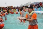 홍보대사 염경환씨가 평창송어축제의 대표 프로그램인 송어 맨손잡기에 참여했다.