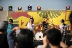 지포 뮤지엄 개관 1주년 기념 지포 락 콘서트의 뜨거운 현장. 유명 락 밴드 트랜스픽션의 공연에 관객들이 열광하고 있다