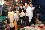 이규택 한국교직원공제회 이사장이 경기, 인천지역본부 직원들과 수원시 팔달구 못골시장을 방문해 직접 물품을 구입하며 전통시장 이용 활성화를 위한 길거리 캠페인에 나섰다.