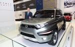 최종식 대표이사가 클래식 코란도를 향한 오마주를 바탕으로 디자인한 정통 SUV 콘셉트카 XAV-Adventure 옆에서 포즈를 취하고 있다