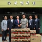 지난 18일, 이규택 한국교직원공제회 이사장을 비롯한 임직원들이 시각중복장애인들의 생활공동체인 여주 라파엘의 집을 방문해 정지훈 여주 라파엘의 집 원장에게 후원금과 후원물품을 전달