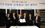 CJ E&M과 신세계DF가 한류 관광 진흥을 위한 업무협약식을 6일 오전 서울 소공동 신세계조선호텔에서 가졌다. 주요 참석자들이 기념촬영을 하고 있다. (왼쪽부터) 정수영 CJ E