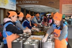 한국교직원공제회 임직원들이 29일, 서울 동대문구에 위치한 밥퍼나눔운동본부에서 어려운 이웃들에게 무료 급식 봉사를 하고 있다.