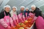 24일, 한국교직원공제회 서명범 회원사업이사(사진 왼쪽 세 번째)를 비롯한 임직원 60여명이 경기도 양평군 섬이마을에서 열린 사랑의 김장나누기 행사에 참여해 김장을 담그고 있다