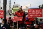 한국지체장애인협회 등 장애인단체들이 경북도청 앞에서 특정 장애인단체 지원예산안을 비판하는 집회를 진행하고 있다