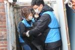 한국교직원공제회 임직원들이 15일, 서울시 도봉구 도봉동 일대에서 사랑의 연탄나눔활동을 펼쳤다.