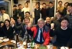 최태원 SK그룹 회장(앞줄 오른쪽 세번째)과 최신원 SKC 회장(앞줄 오른쪽 두번째)이 지난 23일 서울 통인시장의 한 가게를 깜짝 방문,  송년회를 하고 있는 SK이노베이션 계열