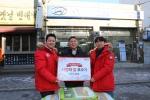 어려운 이웃을 위한 '사랑의 쌀'기부 운동에 동참한 윤승철(43세)씨.  쌀 300kg을 전달하고 기념사진을 촬영한 모습.