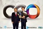 박상환 하나투어 회장(사진 오른쪽)이 김민배 TV조선 총괄전무와 기념촬영에 임하고 있다