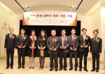 KMI 한만진 상임고문(왼쪽에서 5번째) 외 각 기업 대표들이 일하기 좋은 기업 대상을 수상한 뒤 기념촬영을 하고 있다