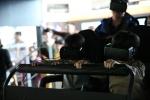 국립과천과학관 가상현실 특별전을 방문한 관람객이 가상현실 4D 롤러코스터를 탑승체험하고 있다