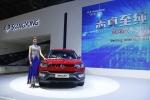 베이징모터쇼 쌍용차 전시관에서 새롭게 선보인 티볼리 에어 옆에서 모델이 포즈를 취하고 있다